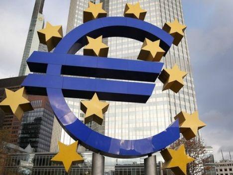 El-simbolo-del-euro-ante-el-Banco-Central-Europeo